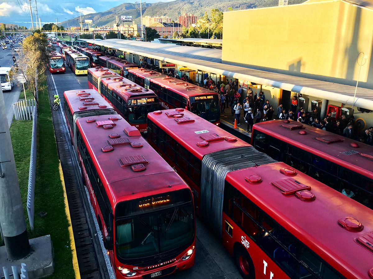 Qué pasa con el transporte en Bogotá. Artículo de Fernando Rojas Parra. Fotografías de Andrés Páez